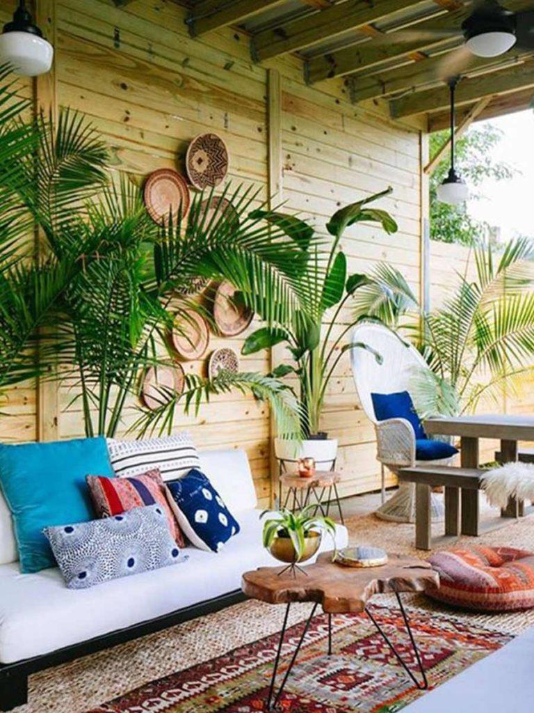 palmy v dřevěném altánku