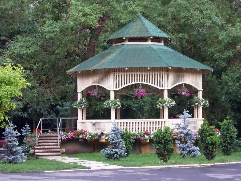 zahradní altán vyzdobený květinami