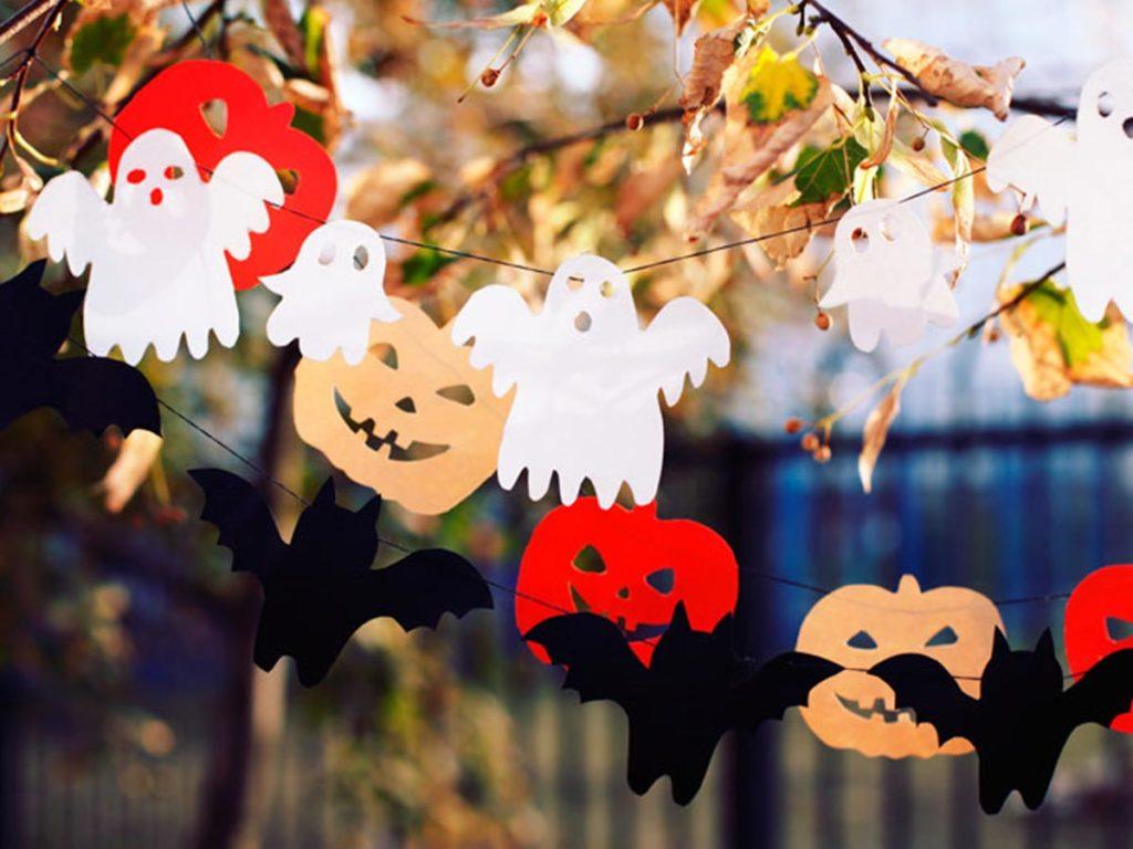 halloweenské dekorace - duchové a netopýři