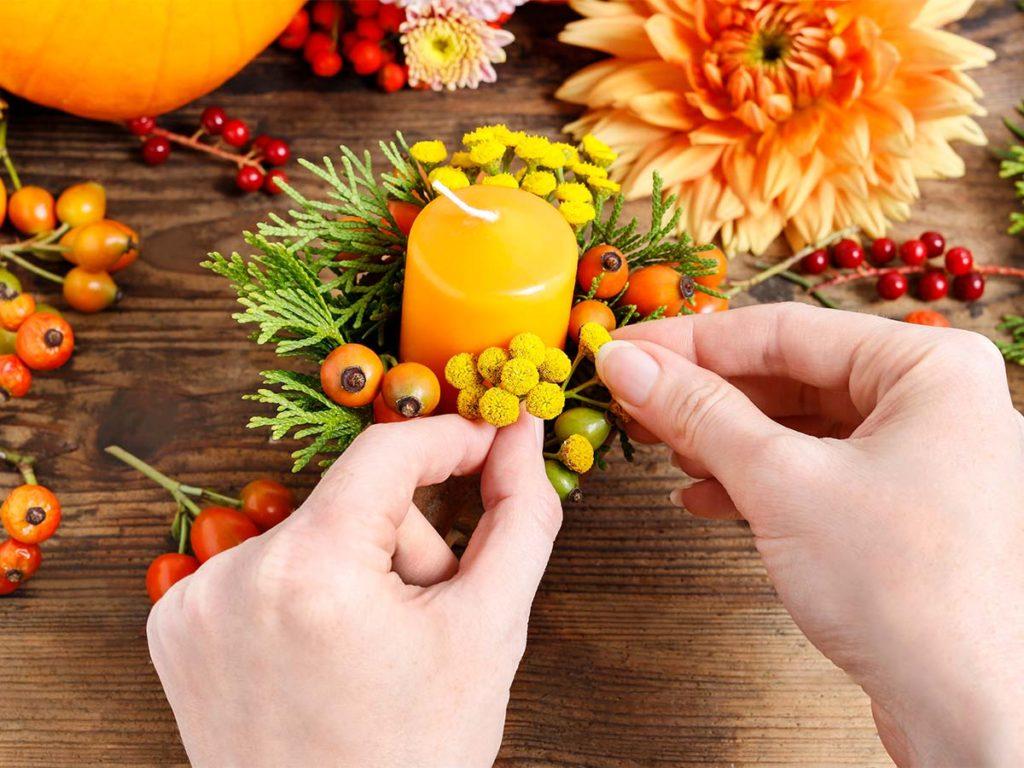 svíčka ve věnci z jesenních květin