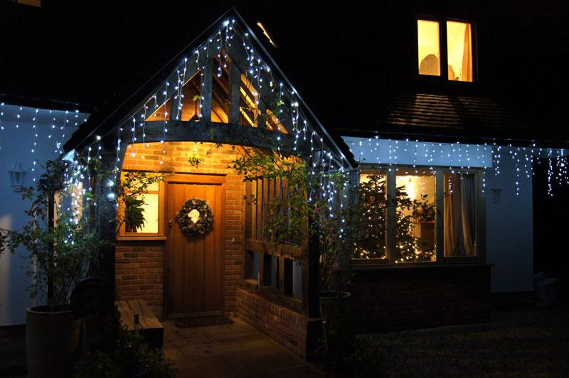 vánoční ozdoby na domě