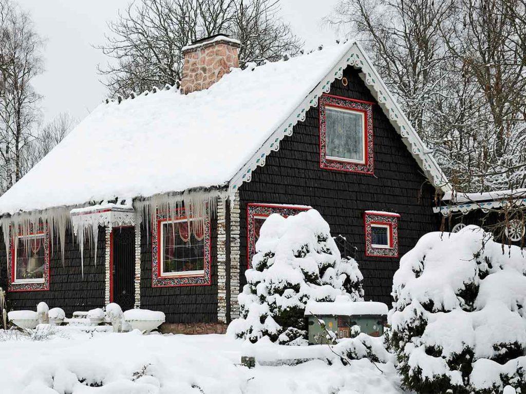 dřevěná chatka v zimě