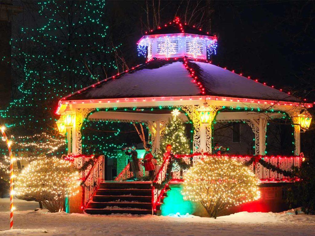 rozsvícený vánoční altán