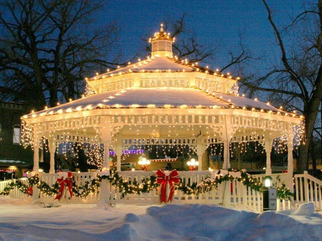 altánok ovešaný vianočnými svetielkami