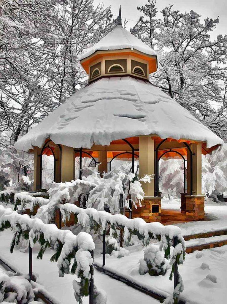 altánok pokrytý snehom