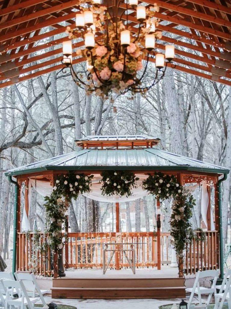 ozdobený altánok v zimnej krajine