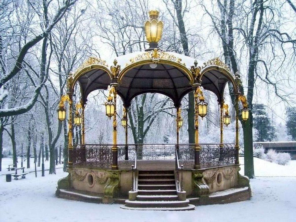 pozlátený altánok v zimnom parku