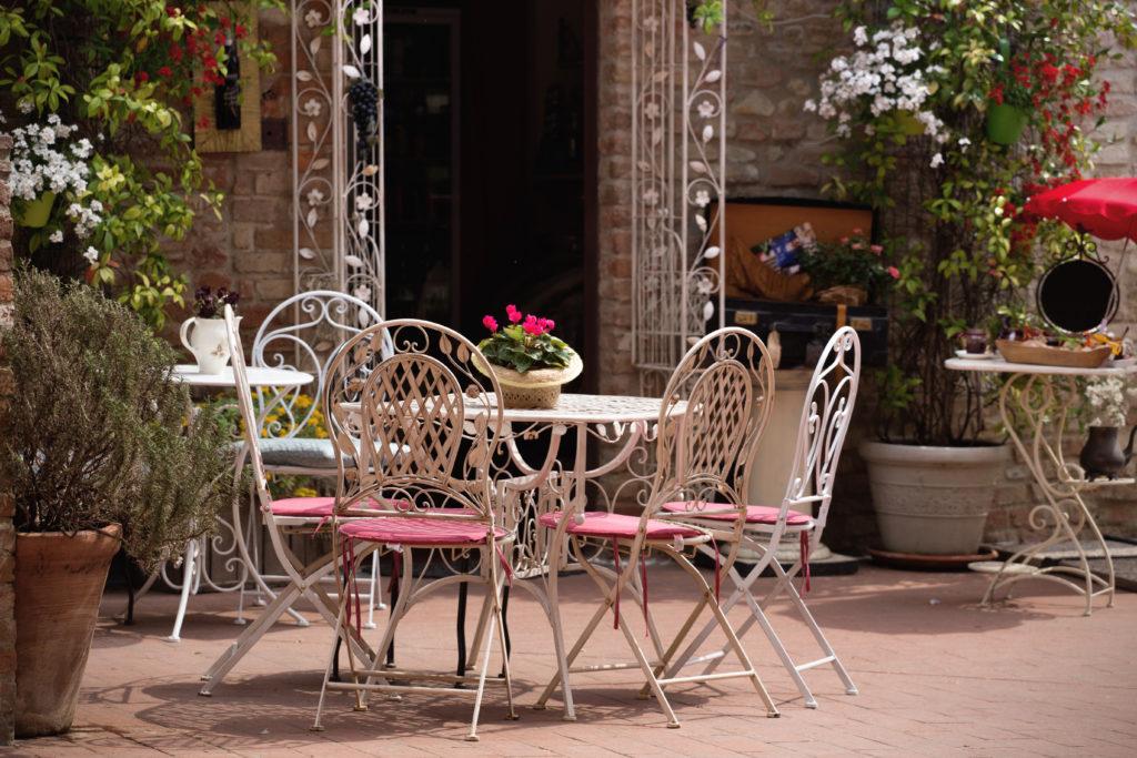 kovové zahradní stoličky a stůl