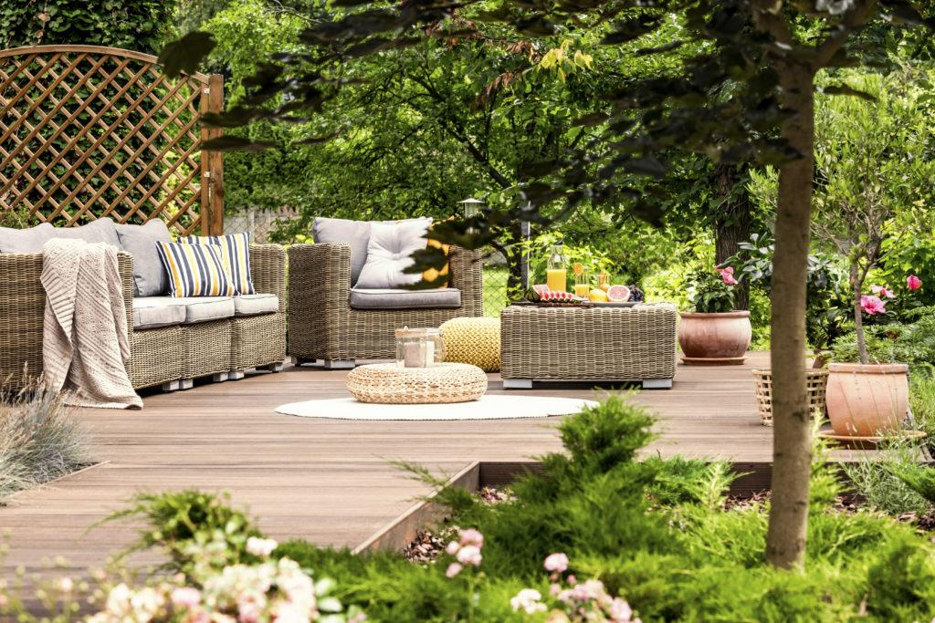 ratanový zahradní nábytek na dřevěné terase