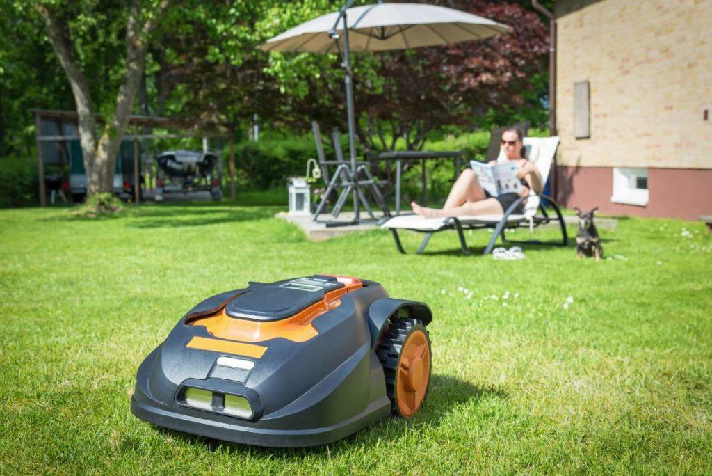 robotická kosačka na trávník