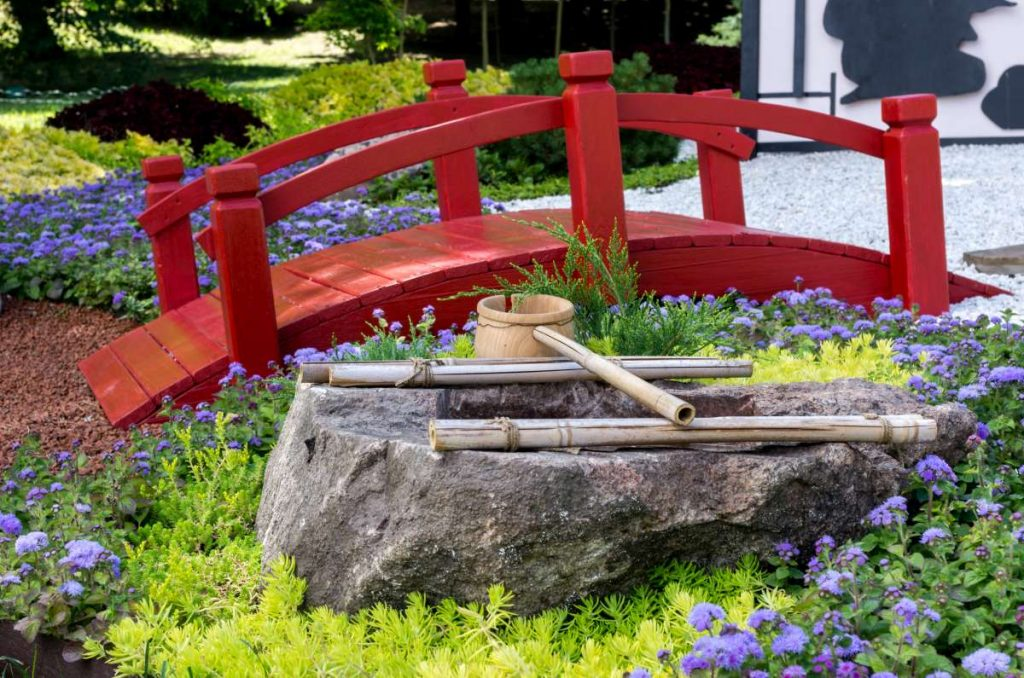 červený dřevěný mostík v japonské zahradě