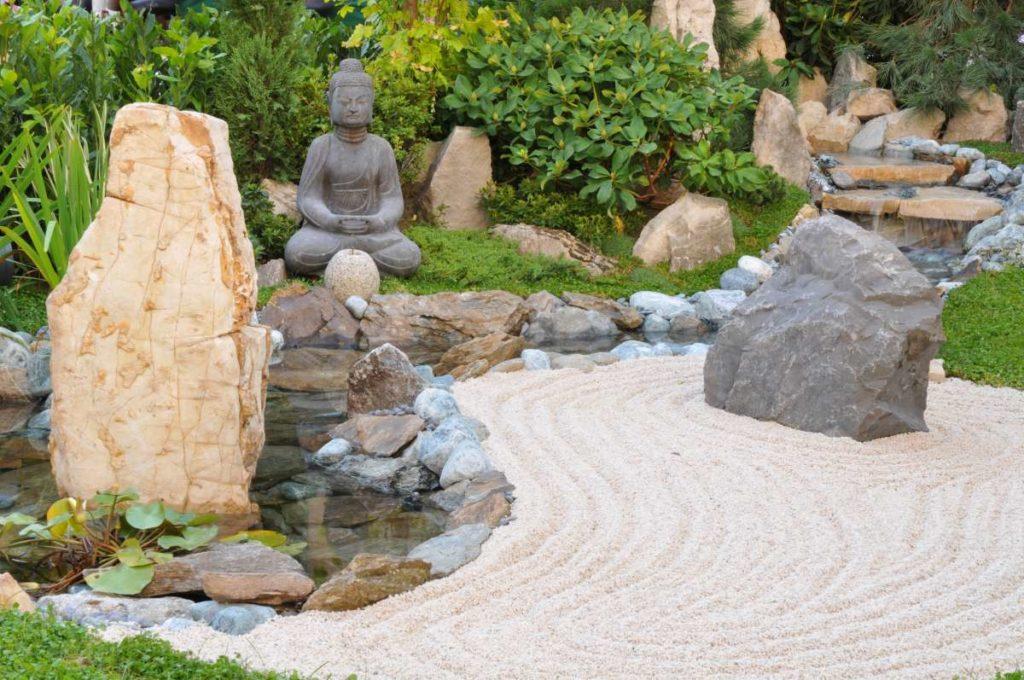 japonská zahrada se sochou Budhu