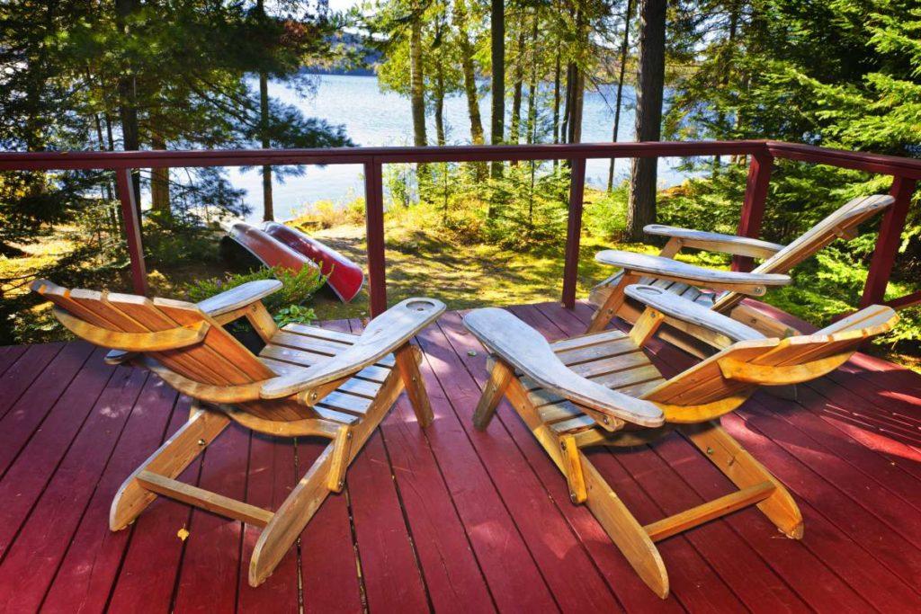 dřevěné posedění na terase u vody