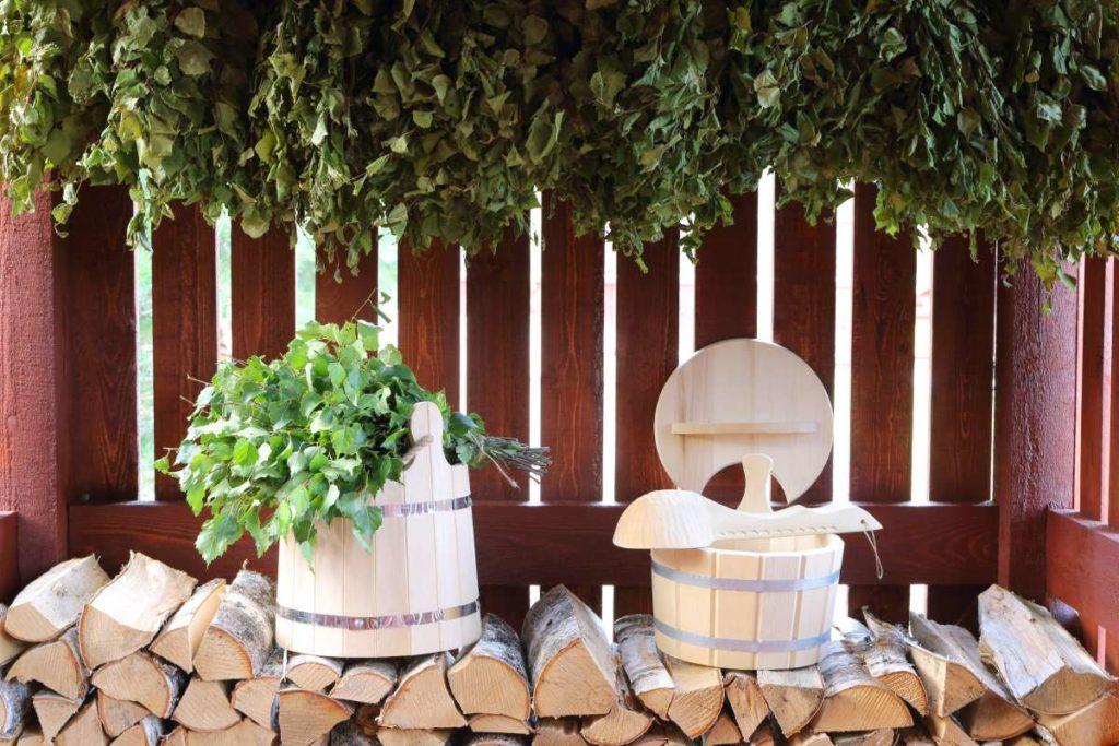 naskládané dřevo a dřevěné vybavění do sauny