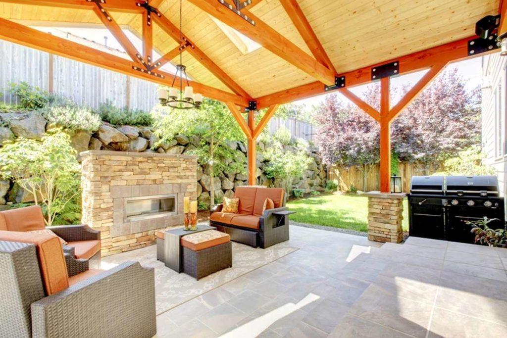 moderní zahradní altán s krbem a grilem