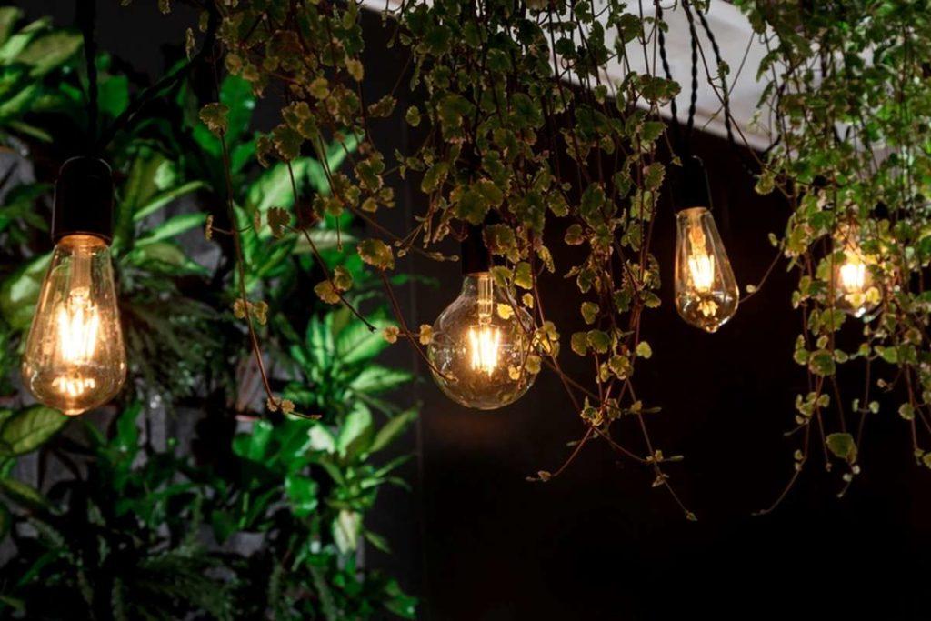zahradní lampiony v noci