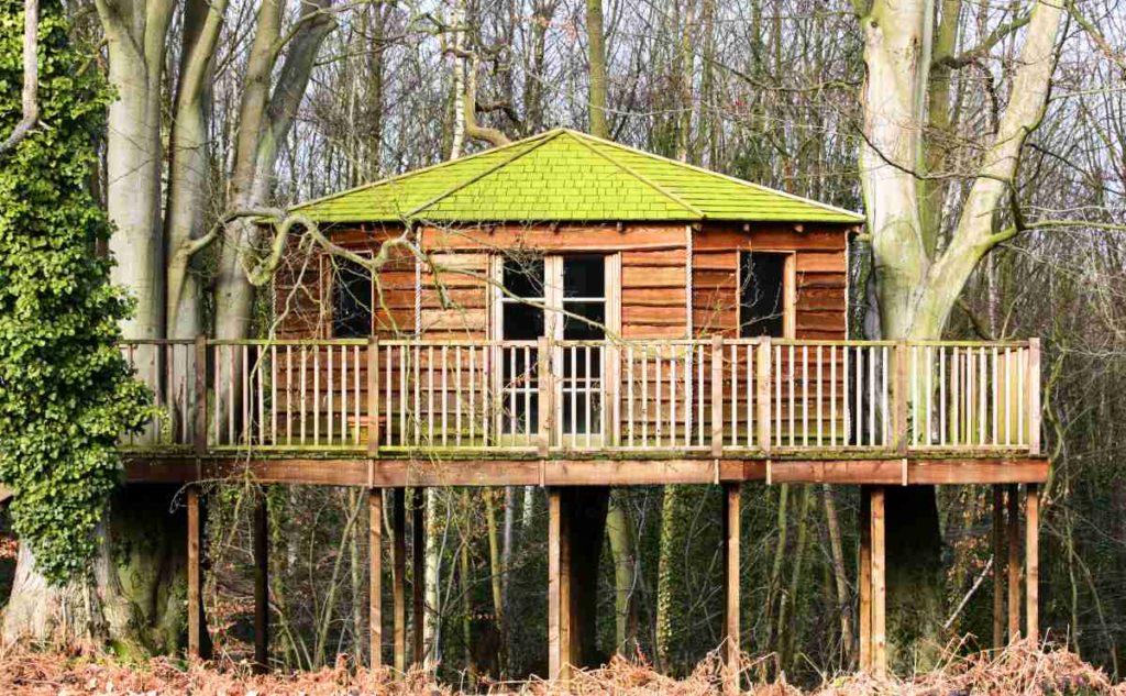 chata na dřevěných sloupech