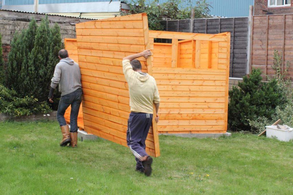 stavba stěny zahradního domku