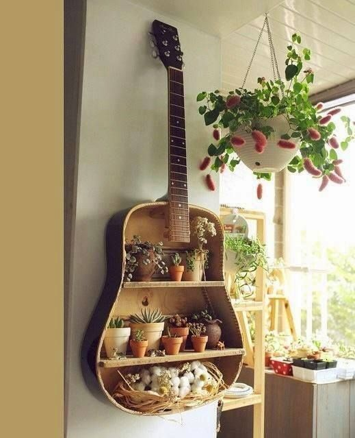 zahradní polička ve tvaru kytary