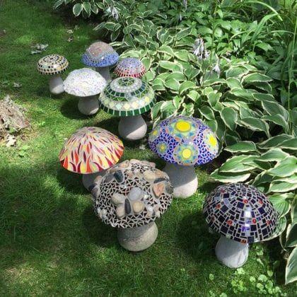 zahradní dekorace ve tvaru mozaikových hub
